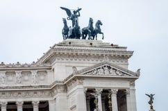在美国国会倾斜的罗马设计元素在广场Venezia的Vittoriano纪念碑与祖国的法坛的 库存照片
