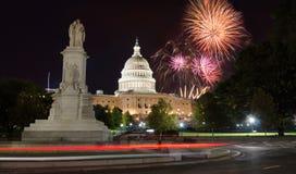 在美国国会和和平纪念碑的烟花 免版税图库摄影