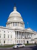 在美国国会大厦前面的警车 免版税库存图片