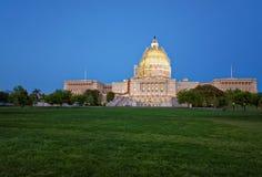 在美国国会大厦的晚上视图 库存照片