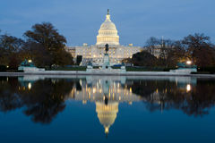 在美国国会大厦的视图黄昏的 免版税库存图片