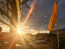 在美国国会的发光的橙色日落在华盛顿D C 免版税库存图片