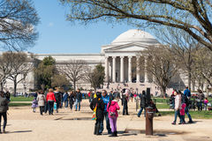在美国国家艺廊前面的游人 免版税库存图片