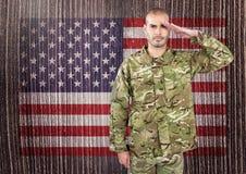 在美国国旗前面的战士 免版税库存照片