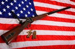 在美国国旗的大枪 免版税图库摄影