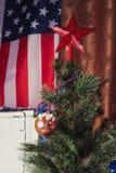 在美国国旗的背景的圣诞树, 图库摄影