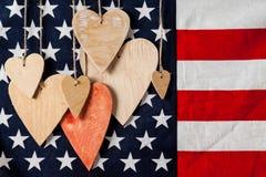 在美国国旗背景的木心脏 免版税库存照片