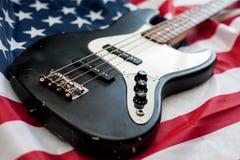 在美国国旗背景的葡萄酒低音吉他 免版税库存图片