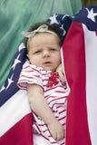 在美国国旗warpped的新出生的婴孩 免版税库存照片