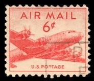 在美国打印的邮票美国,展示军事运输航空器道格拉斯C-54 DC-4 Skymaster 免版税图库摄影