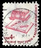 在美国打印的邮票,展示书、书签和玻璃 免版税库存照片