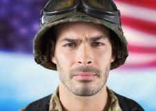 在美国旗子前面的战士 免版税库存照片