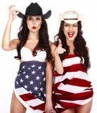 在美国旗子包裹的愉快的华丽的妇女 免版税库存照片