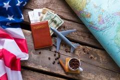 在美国旗子附近的护照 库存照片