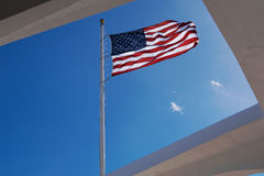 在美国海军亚利桑那号战列舰纪念馆的美国国旗 图库摄影