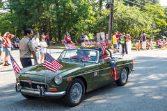 在美国独立游行的英国汽车 免版税图库摄影
