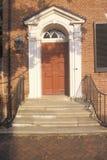 在美国独立纪念馆附近的18世纪门道入口在费城, PA历史的区  库存照片