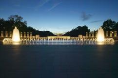 在美国第二次世界大战纪念纪念的第二次世界大战的喷泉在黄昏的华盛顿特区 S U.S. 在华盛顿特区的第二次世界大战纪念纪念的第二次世界大战在晚上 C 在黄昏 免版税图库摄影