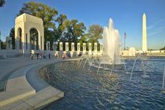 在美国第二次世界大战纪念纪念的第二次世界大战的喷泉在黄昏的华盛顿特区 S U.S. 在华盛顿特区的第二次世界大战纪念纪念的第二次世界大战在晚上 C 免版税库存照片