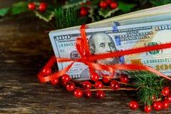 在美国美元的红色礼品丝带弓 5000块背景票据货币模式卢布 库存图片