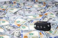 在美国美元金钱背景的汽车钥匙 免版税库存图片