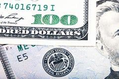 在美国联邦储备系统附近封印的一百美元  被堆积的macr 免版税库存照片