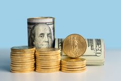 在美国货币前面银行卷的纯净的金币  库存照片