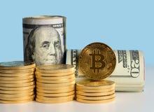 在美国货币前面银行卷的Bitcoin硬币  免版税库存图片