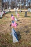 在美国退伍军人附近坟墓的旗子  库存照片