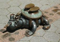 在美国雕刻家创造的现实世界汤姆Otterness在洛克菲勒停放的永久公开艺术品的铜雕塑 免版税库存图片
