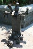 在美国雕刻家创造的现实世界汤姆Otterness在洛克菲勒停放的永久公开艺术品的铜雕塑 库存照片