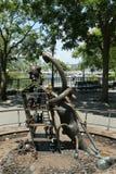 在美国雕刻家创造的现实世界汤姆Otterness在洛克菲勒停放的永久公开艺术品的铜雕塑 免版税库存照片