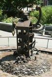 在美国雕刻家创造的现实世界汤姆Otterness在洛克菲勒停放的永久公开艺术品的铜雕塑 图库摄影