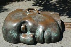 在美国雕刻家创造的现实世界汤姆Otterness在洛克菲勒停放的永久公开艺术品的铜雕塑 免版税图库摄影