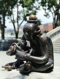 在美国雕刻家创造的现实世界汤姆Otterness在洛克菲勒停放的永久公开艺术品的铜雕塑 库存图片