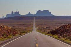 在美国高速公路163的阿甘正传点往纪念碑谷那瓦伙族人部族公园 免版税库存照片