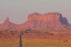 在美国高速公路163的阿甘正传点往纪念碑谷那瓦伙族人部族公园 库存图片