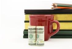 在美国货币看的会计成功,红色杯子,铅笔, 免版税库存图片