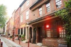 在美国Elfreth的胡同的最旧的街道在费城在阳光下 免版税库存图片
