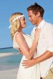 在美好的海滩婚礼的夫妇 免版税图库摄影