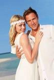 在美好的海滩婚礼的夫妇 免版税库存图片