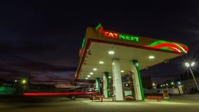 在美好的光亮的Tatneft加油站附近的Timelapse行动 股票录像