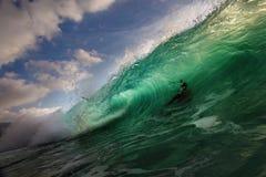 在美好的光的大海浪 免版税库存照片