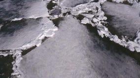 在美好的冬天风景的鸟瞰图在河,河在冰被投入了 股票视频