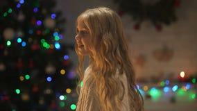 在美好的圣诞装饰附近的女孩跳舞,等待的假日 股票录像
