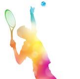 在美好的夏天阴霾的抽象网球员服务 库存照片