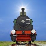 在美好的天空背景的老蒸汽引擎活动火车 库存图片