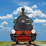 在美好的天空背景的老蒸汽引擎活动火车 免版税库存照片