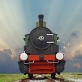 在美好的天空背景的老蒸汽引擎活动火车 免版税库存图片