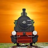 在美好的天空背景的老蒸汽引擎活动火车 库存照片